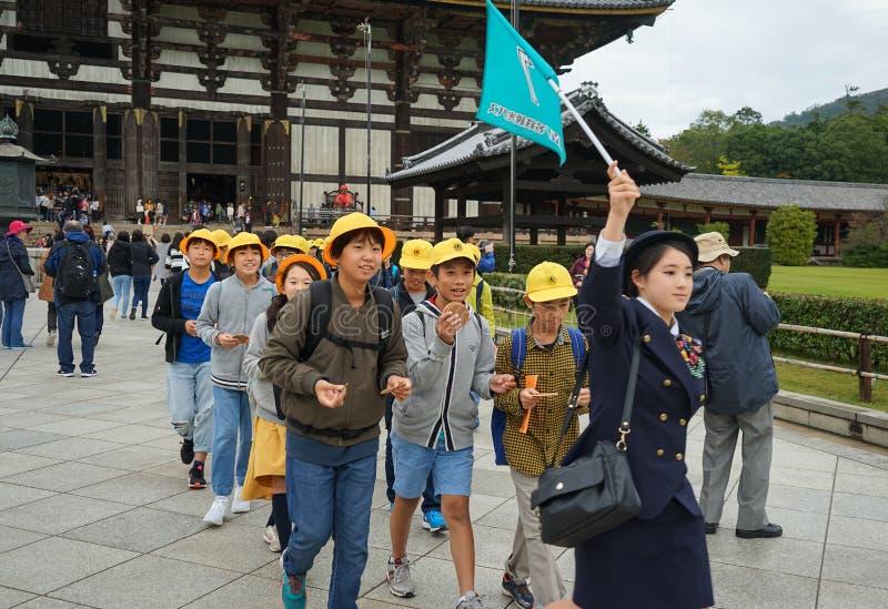 Adolescente chinês dos estudantes na viagem de escola da excursão no templo budista Nara Japan de Todaiji Todai Ji imagens de stock