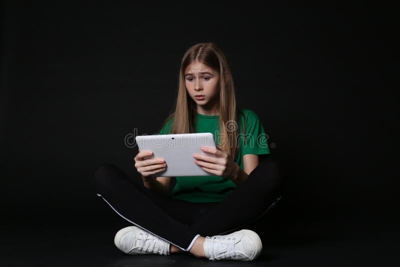 Adolescente chocado com tabuleta Perigo do Internet fotografia de stock royalty free