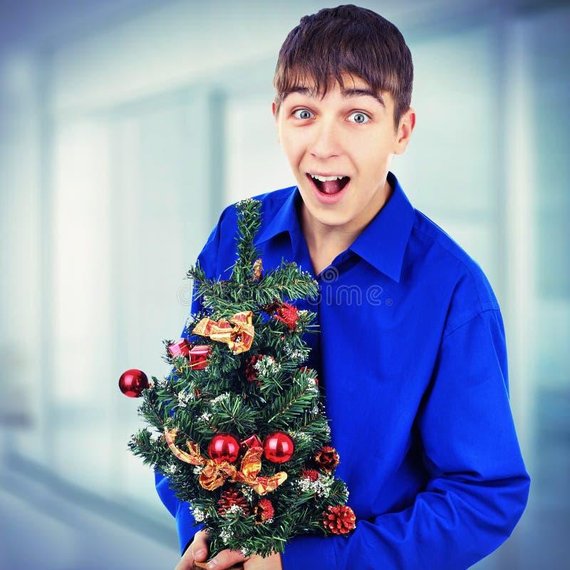 Adolescente com árvore de Natal imagem de stock royalty free