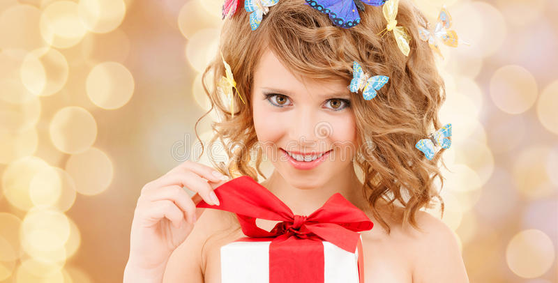 Adolescente com as borboletas no presente de abertura do cabelo imagem de stock