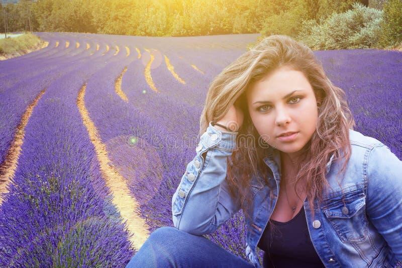 Adolescente com campo da alfazema no fundo imagem de stock