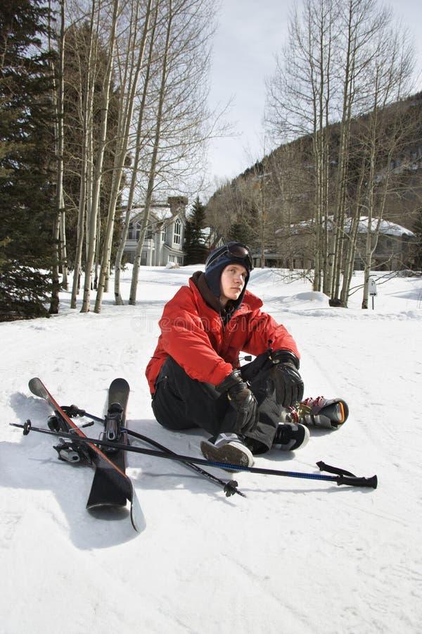 Adolescente com engrenagem do esqui. imagens de stock
