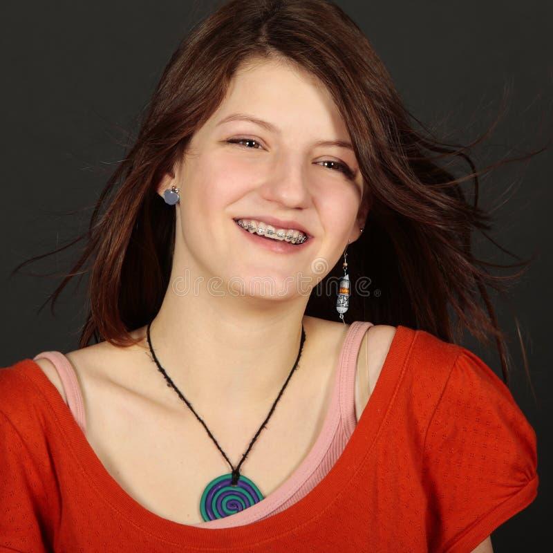Adolescente com a face dental da cinta imagens de stock royalty free