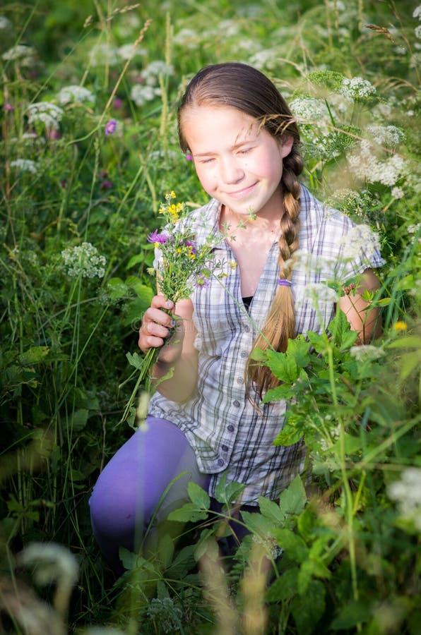Adolescente com flores selvagens foto de stock