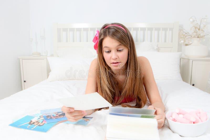 Adolescente com fotos foto de stock