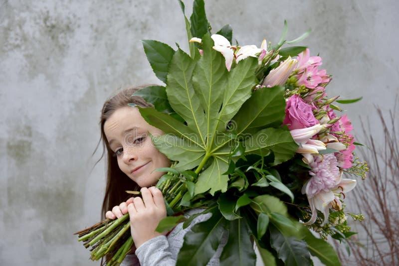 Adolescente com grande grupo de flores imagem de stock royalty free