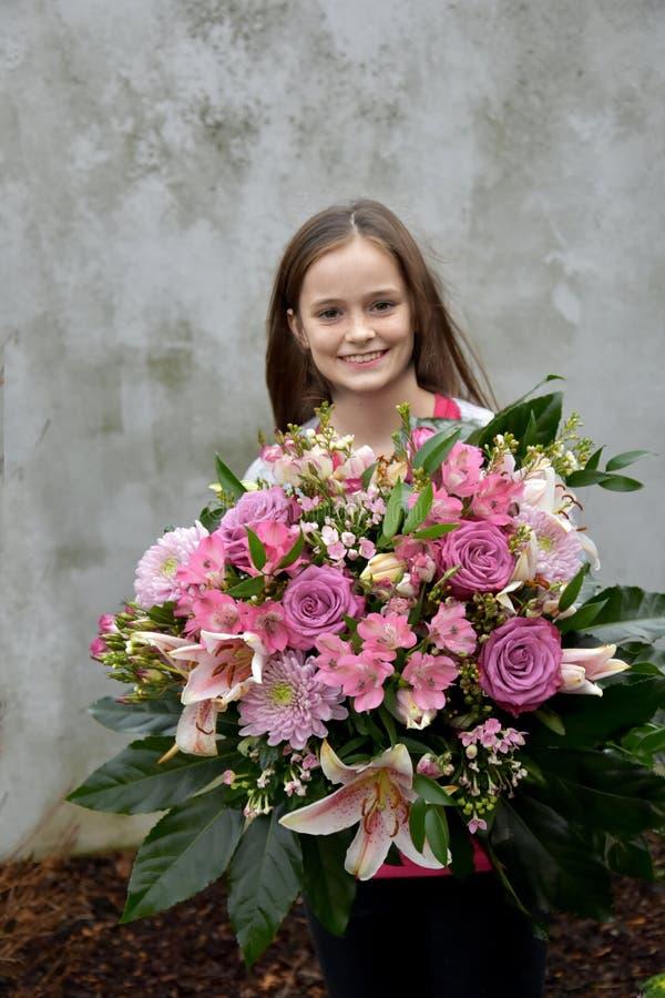 Adolescente com grande grupo de flores foto de stock