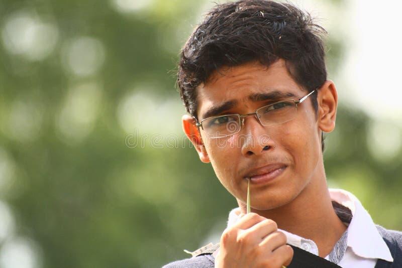Adolescente com a lâmina cortante da grama das especs. foto de stock royalty free
