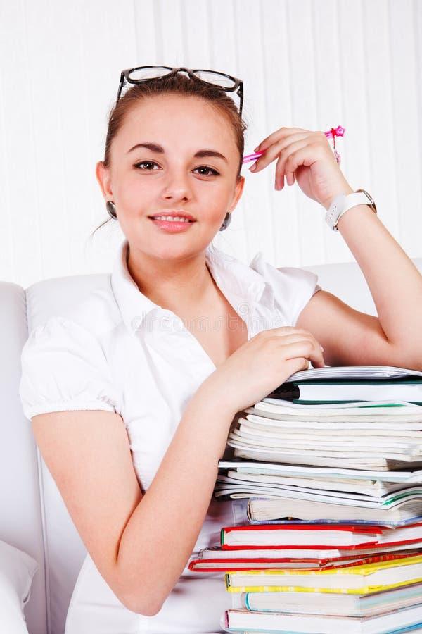 Adolescente com livros de texto foto de stock royalty free