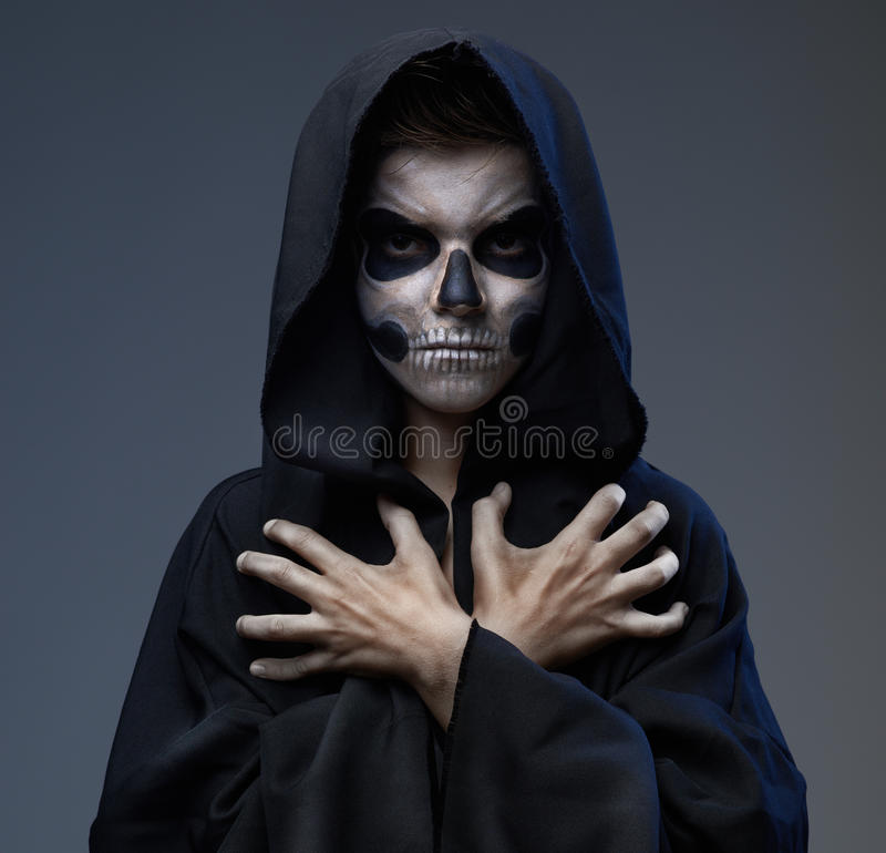 Adolescente com mãos fechados do crânio da composição imagens de stock royalty free