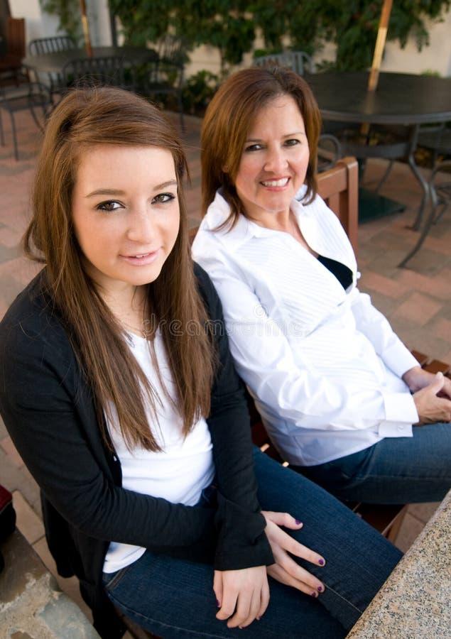 Adolescente com mamã imagens de stock