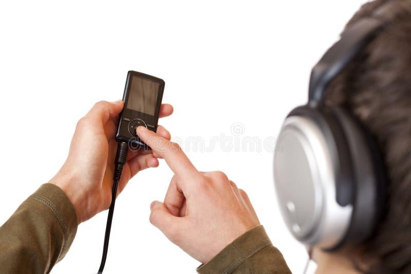 Adolescente com o jogador de música do mp3 do uso dos auriculares fotografia de stock royalty free