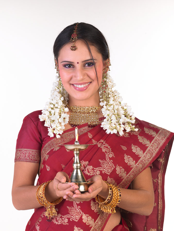 Adolescente com o sari que prende a lâmpada foto de stock royalty free