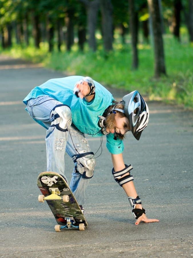 Adolescente com skate imagens de stock royalty free