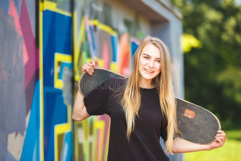 Adolescente com skate fotos de stock royalty free