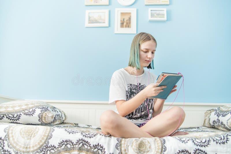 Adolescente com tablet pc fotos de stock royalty free