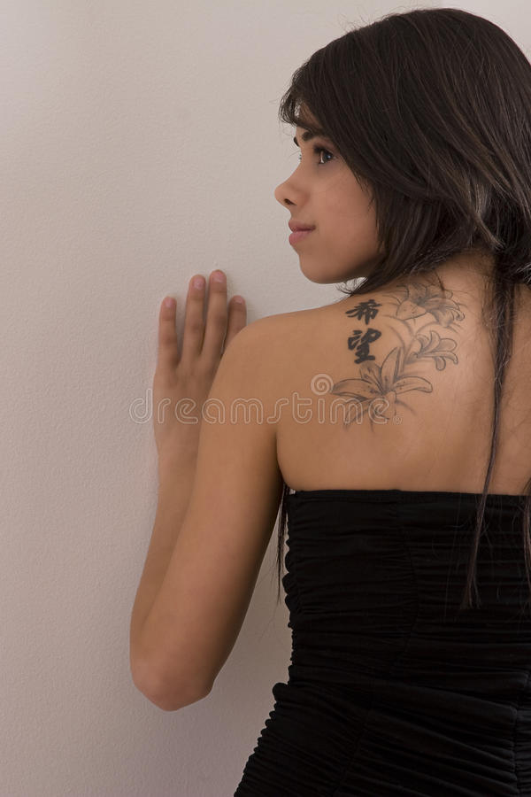 Adolescente com tatoo foto de stock