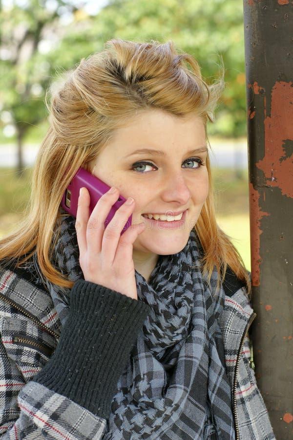 Adolescente com telefone celular fora fotografia de stock