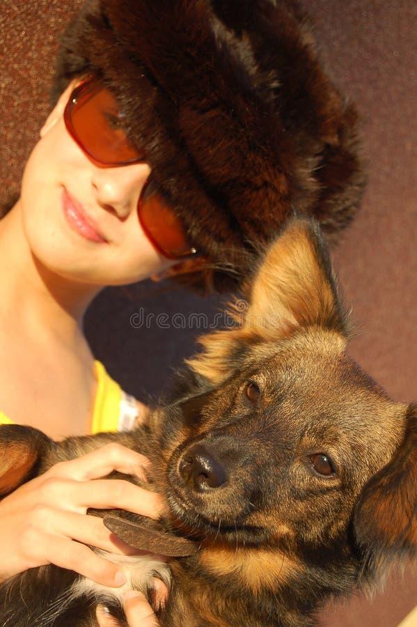 Adolescente com um cão fotografia de stock royalty free