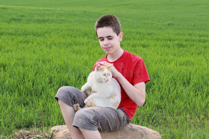 Adolescente com um gato fotos de stock royalty free
