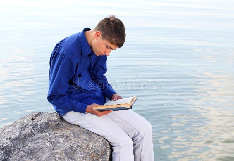 Adolescente com um livro fotografia de stock royalty free