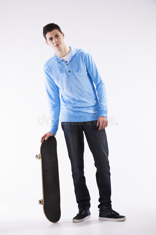 Adolescente com um skate imagens de stock