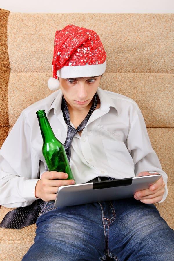 Adolescente com uma cerveja e uma tabuleta fotos de stock