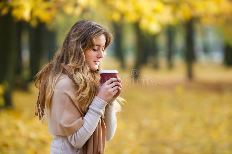 Adolescente com xícara de café foto de stock royalty free