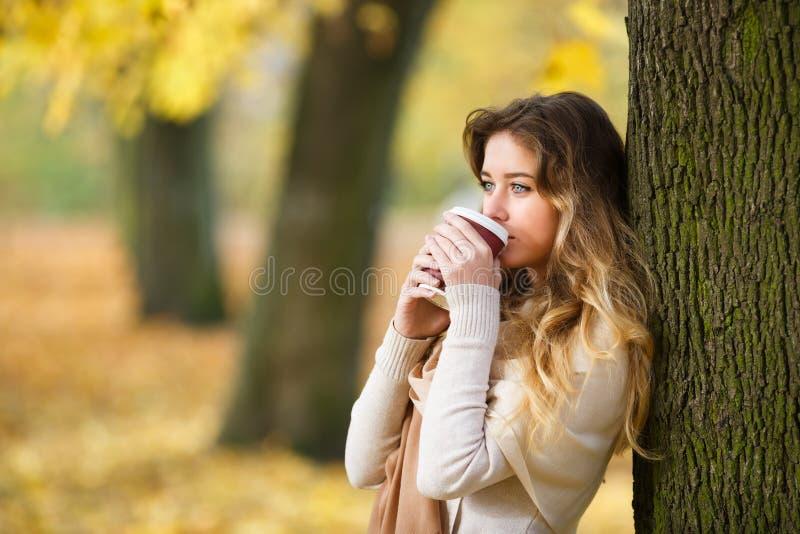 Adolescente com xícara de café imagem de stock royalty free