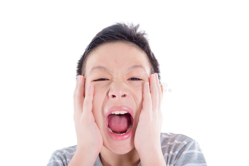 Adolescente con acné en su cara que grita sobre blanco foto de archivo libre de regalías