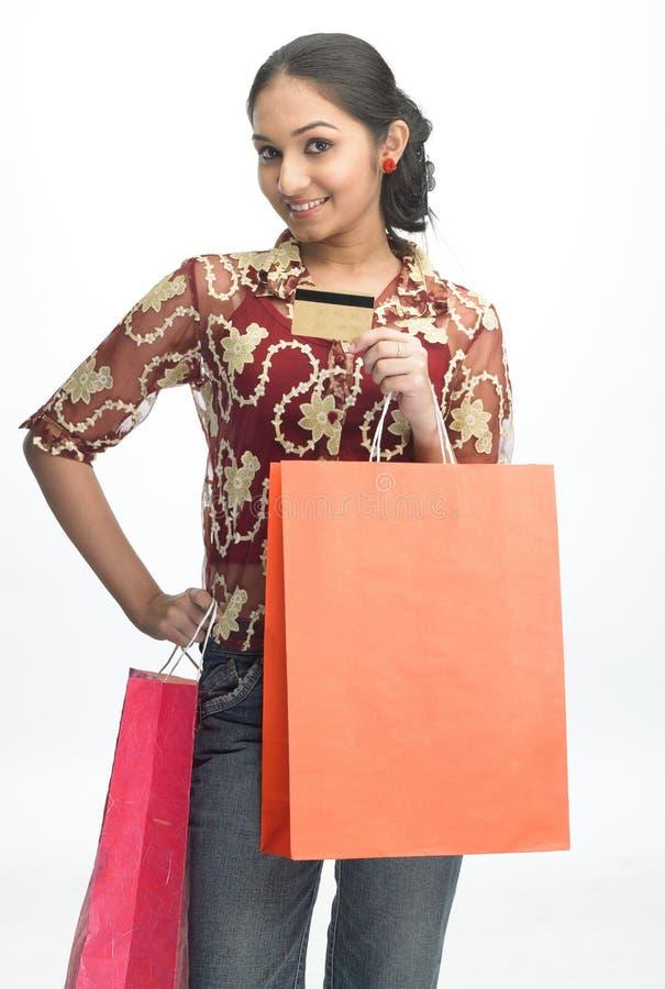 Adolescente con de la tarjeta de crédito imagen de archivo