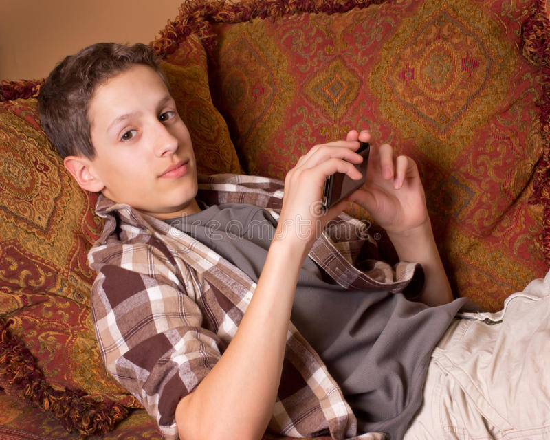 Adolescente con el dispositivo electrónico foto de archivo libre de regalías