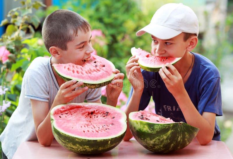 Adolescente con el melón fotos de archivo