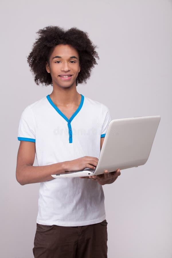 Adolescente con el ordenador portátil. fotos de archivo libres de regalías