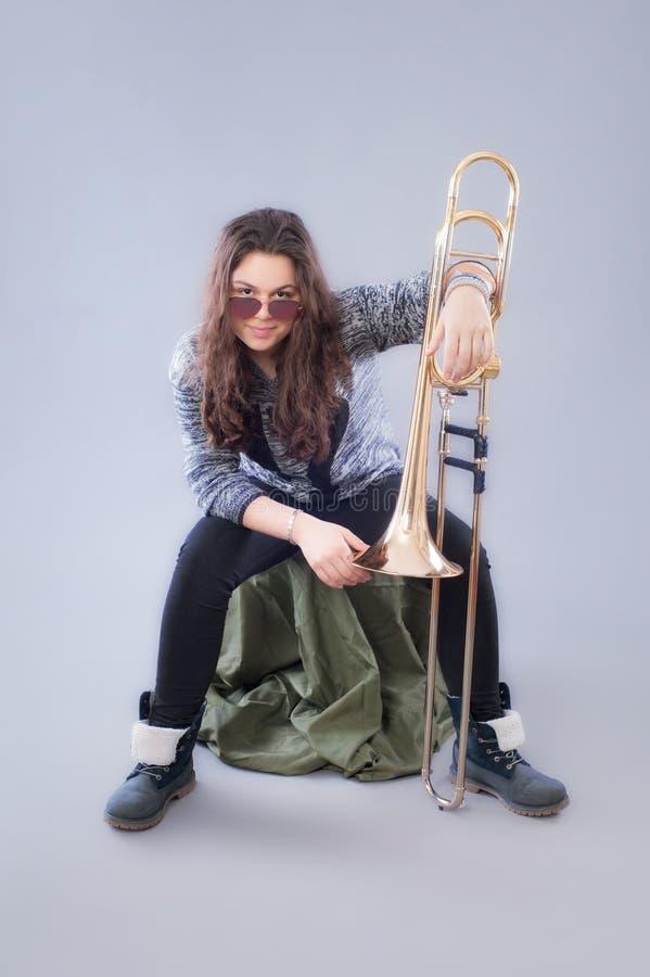 Adolescente con el trombón imágenes de archivo libres de regalías