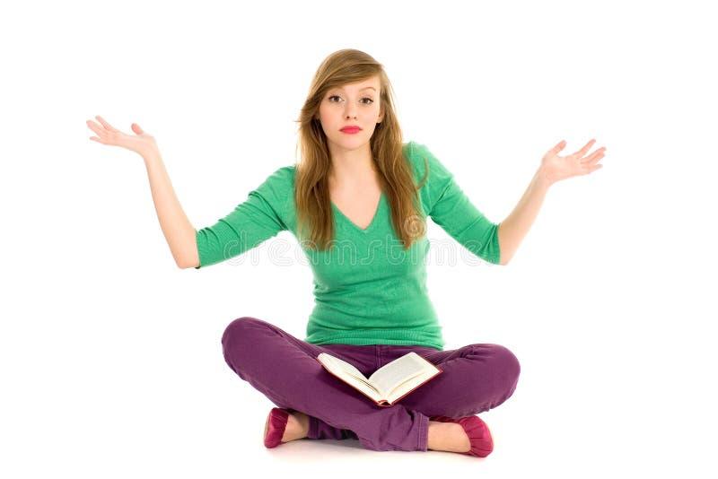 Adolescente con gesturing del libro fotografie stock