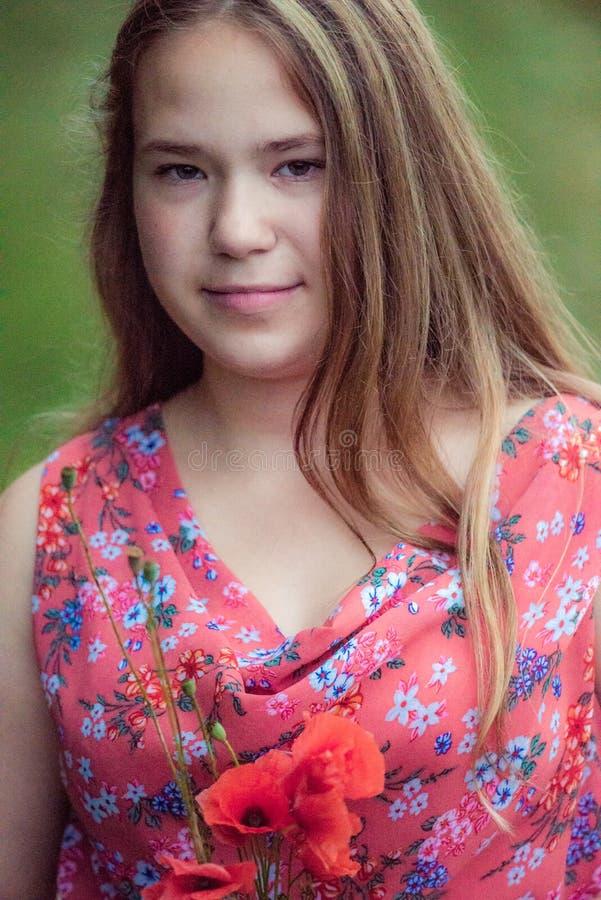 Adolescente con i fiori del papavero immagine stock libera da diritti