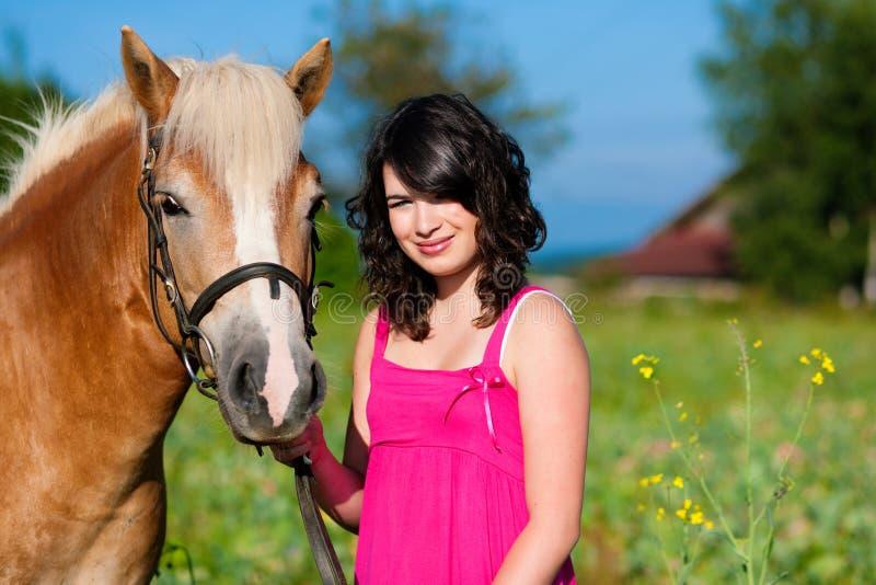 Adolescente con il cavallo immagine stock