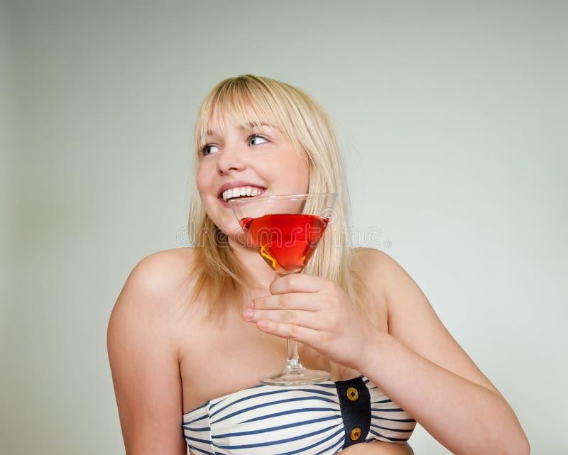 Adolescente con il cocktail fotografie stock