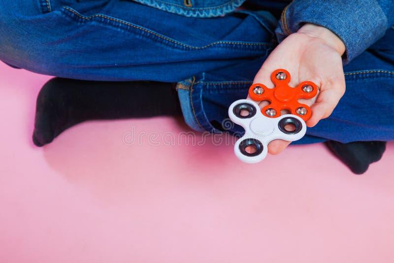 Adolescente con il filatore popolare di irrequietezza del giocattolo fotografia stock libera da diritti