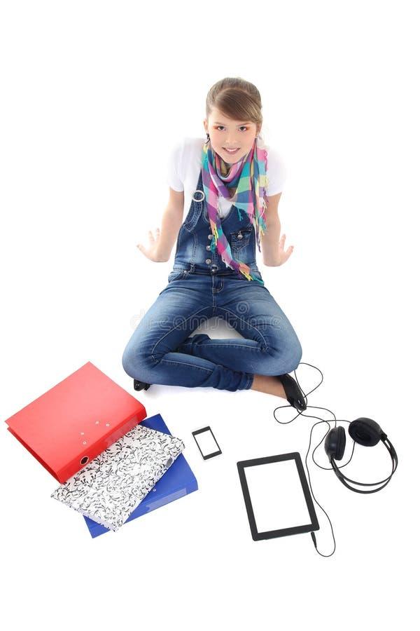 Adolescente con il pc, il telefono e le cuffie della compressa immagine stock