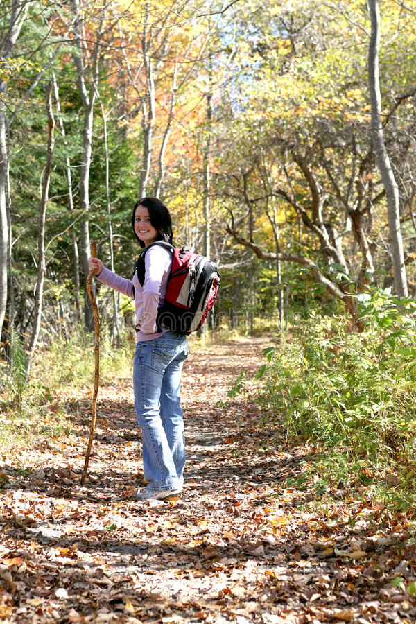 Adolescente con ir de excursión el palillo se detiene brevemente en el rastro imágenes de archivo libres de regalías