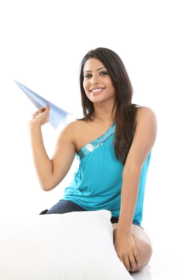 Adolescente con l'aereo del documento blu fotografia stock libera da diritti