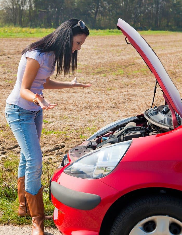 Adolescente con l'automobile analizzata immagini stock