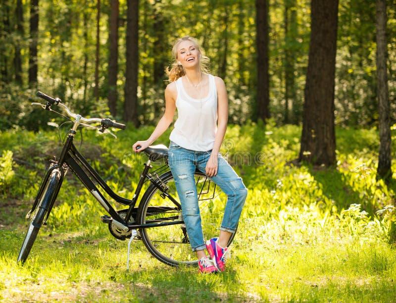 Adolescente con la bicicletta immagine stock