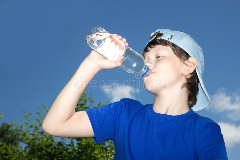 Adolescente con la botella fotografía de archivo