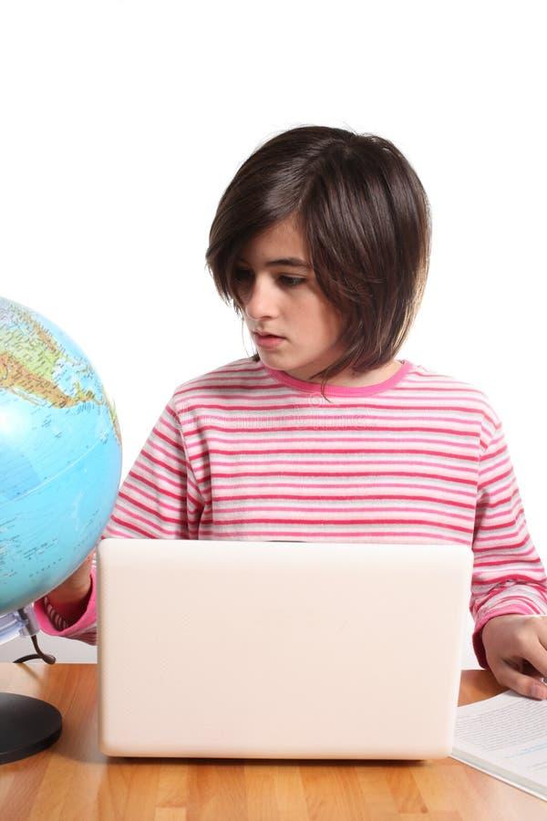 Adolescente con la computadora portátil y el globo fotografía de archivo libre de regalías