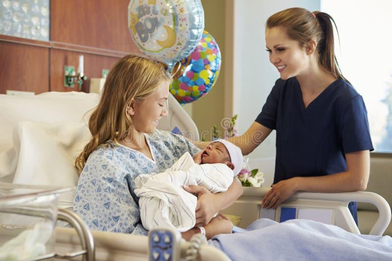 Adolescente con la enfermera Holding Newborn Baby en hospital imágenes de archivo libres de regalías