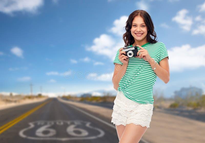Adolescente con la macchina da presa d'annata sull'itinerario 66 fotografie stock libere da diritti