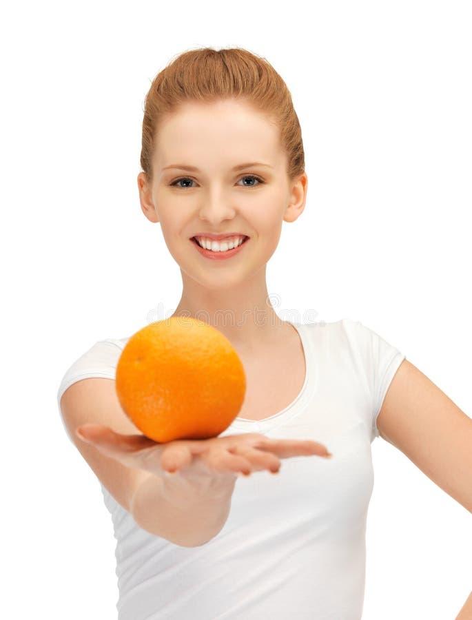 Adolescente con la naranja fotografía de archivo libre de regalías